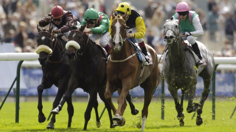Sergeant Cecil (second right) win the Prix du Cadran at Longchamp in 2006