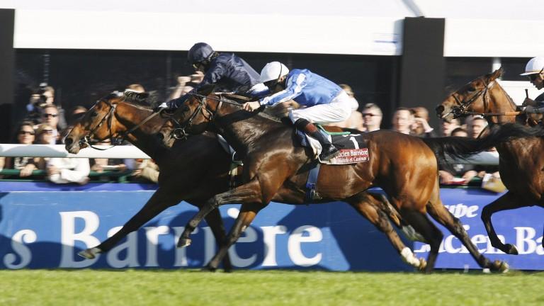 Youmzain (nearside) just fails against Dylan Thomas in the 2007 Prix de l'Arc de Triomphe