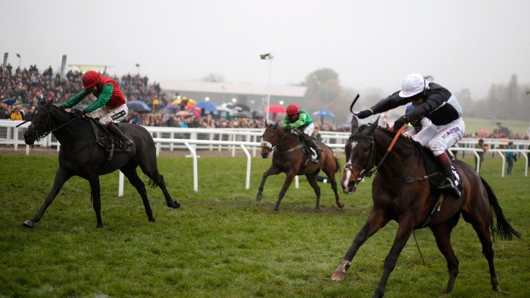 Village Vic (nearest camera) gives his all but can not contain the late surge of Taquin De Seuil.