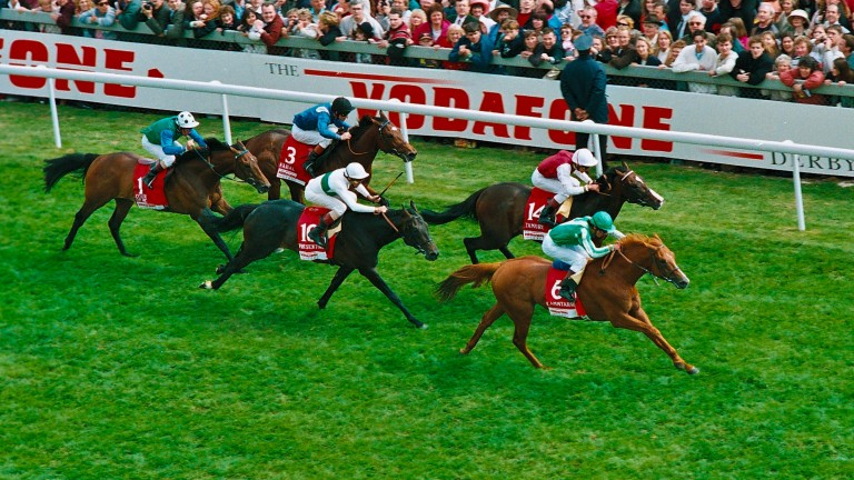Walter Swinburn on Lammtarra (green) beats Frankie Dettori on Tamure (maroon) in the 1995 Derby