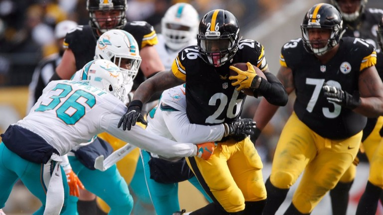 Pittsburgh running back Le'Veon Bell carries against Miami