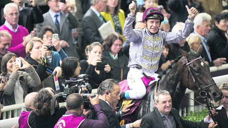 Thierry Jarnet returns on Treve after their second victory in the Arc at Longchamp in 2004