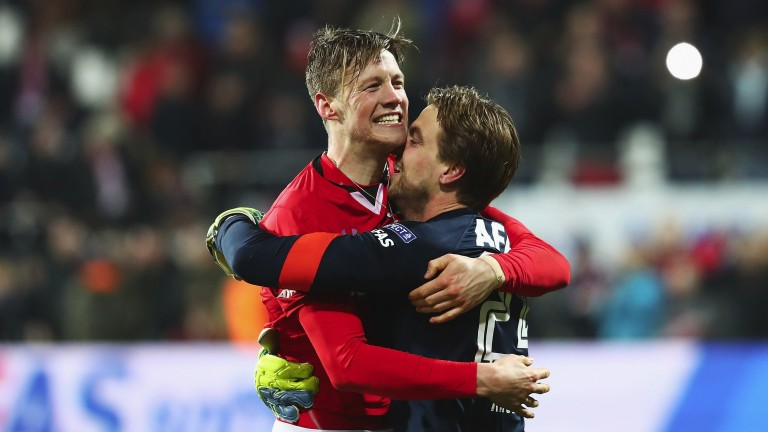 Alkmaar's Wout Weghorst and Tim Krul (right)
