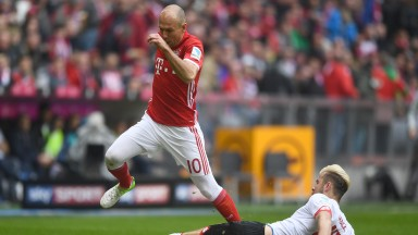 Bayern Munich winger Arjen Robben stretches the Mainz defence