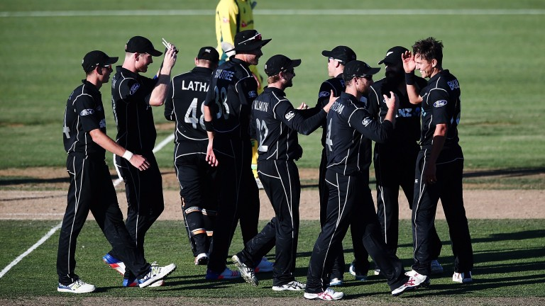 New Zealand celebrate Trent Boult taking an Áustralian wicket