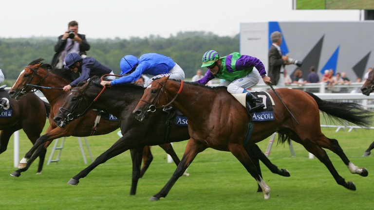 Turtle Bowl (7) is narrowly edged out by Ramonti (light blue) in the 2007 renewal of the Queen Anne Stakes
