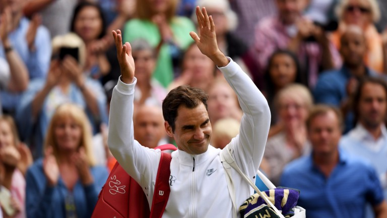 Roger Federer acknowledges the crowd after beating Tomas Berdych