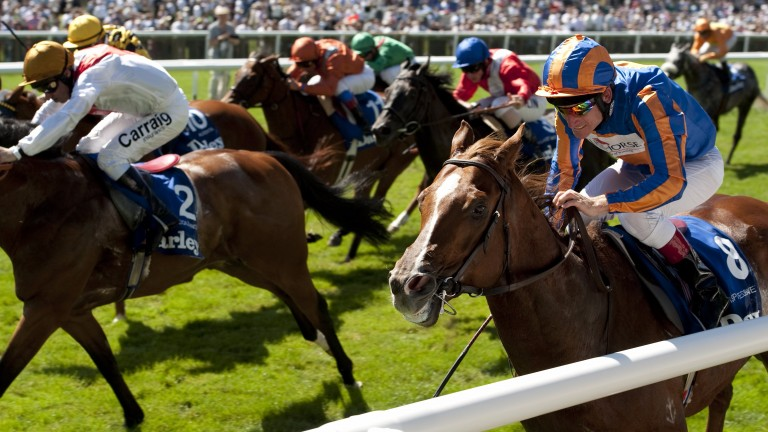 Starspangledbanner (striped cap): the son of Choisir wins the 2010 July Cup