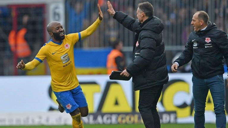 Domi Kumbela celebrates an Eintract Braunschweig goal