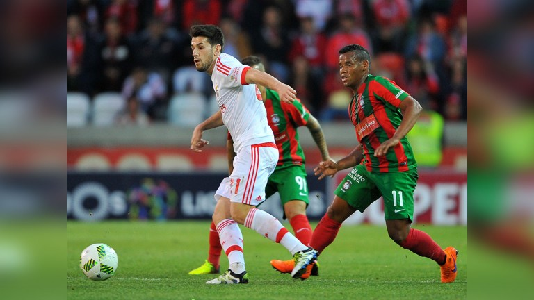 Maritimo midfield Eber Bessa forces a mistake from Benfica man Pizzi