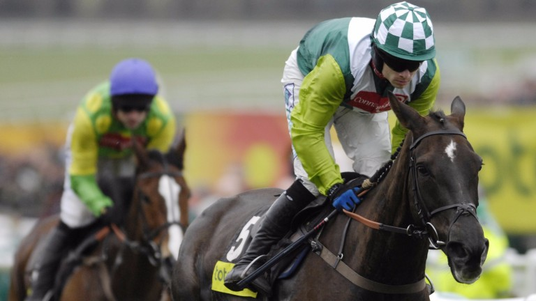 Denman leads Kauto Star in the early stages of the 2008 Gold Cup