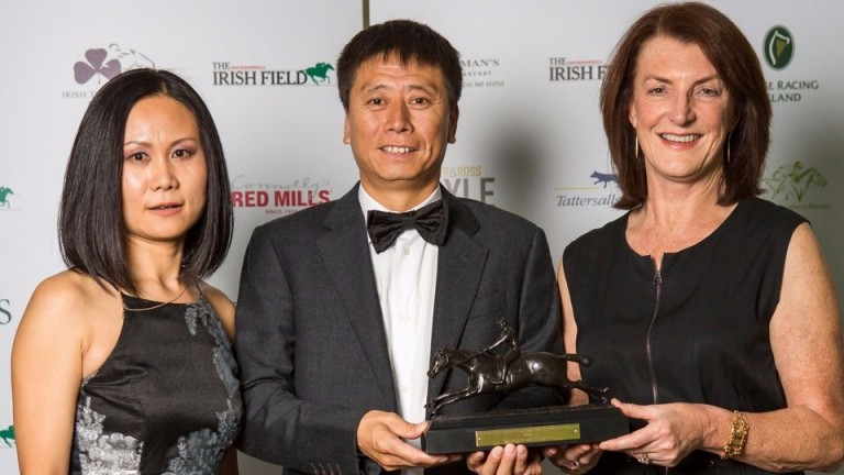 Zhang Yuesheng (centre) with Kelsey Wang (left) receives his award from Eimear Mulhern