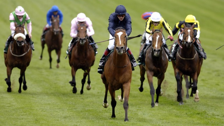 George Washington (centre) storms clear of a decent 2,000 Guineas field