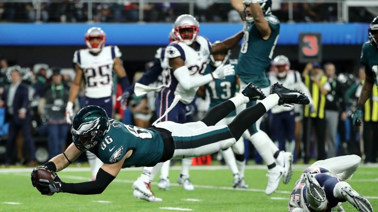 Tight end Zach Ertz stretches to score the game-winning touchdown for the Eagles