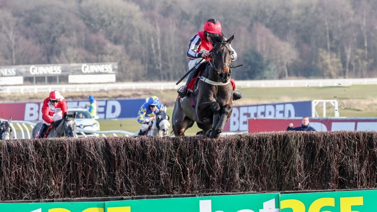 Baywing flies the last to win the Betfred Eider full of running