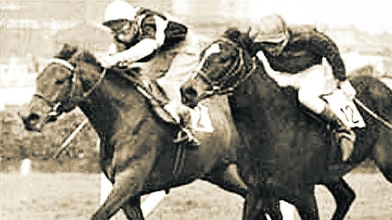 Red Rum (far side) dead-heats with Curlicue on his Flat debut at Aintree