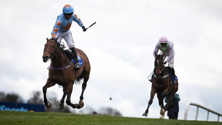 Sceaux special: Un De Sceaux leads from start to finish to land the Champion Chase ahead of Douvan