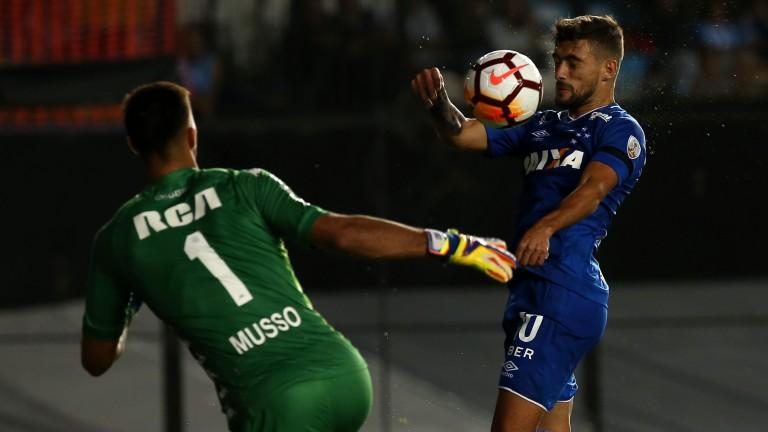 Cruzeiro's Giorgian de Arrascaeta (right)