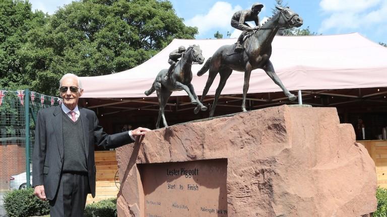 Lester Piggott next to the bronze named 'Start to Finish' at Haydock