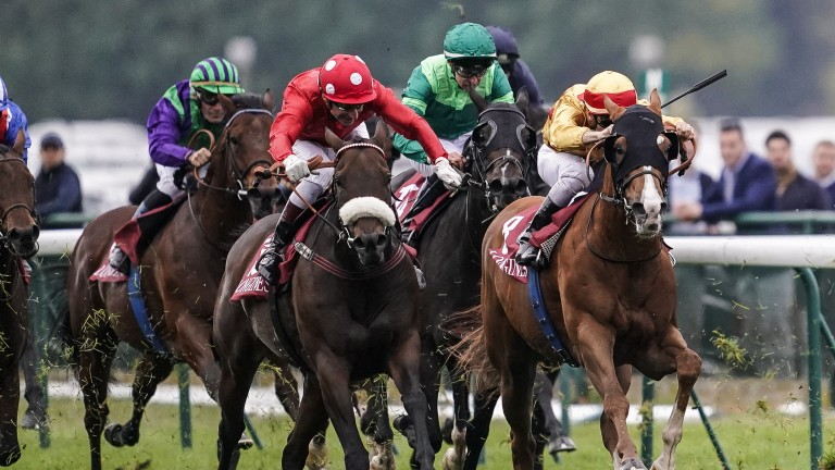 Mabs Cross and Gerald Mosse (red silks) are just in front at the end of the Prix de l'Abbaye