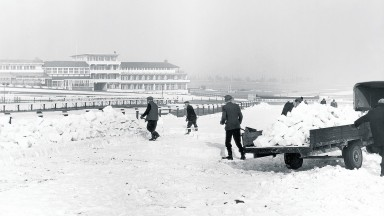 28th February 1963:  Teams of men clear the snow from Cheltenham racecourse before the venue reopens on March 12th. The work has to be done by hand, since machines would damage the turf.  (Photo by Maeers/Fox Photos/Getty Images)