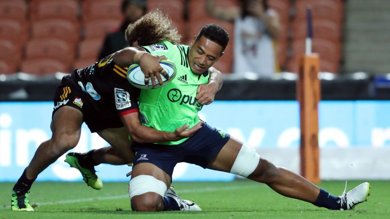Highlanders flanker Shannon Frizell scores his try against the Chiefs in Hamilton