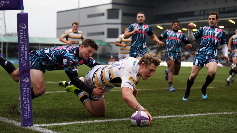 Worcester score a try against Stade Francais