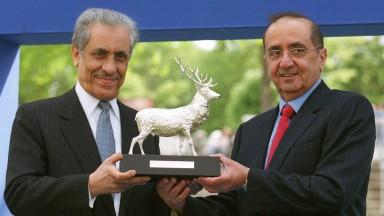 Longchamp 12.5.2002The French 1000 Guineas.Maktoum Al Maktoum makes the presentation to winningowner Prince Khalid Abdullah.