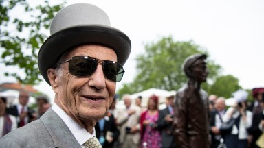 Lester Piggott unveils his statue on the first day of the royal meetingAscot 18.6.19 Pic: Edward Whitaker