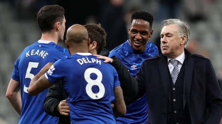 Carlo Ancelotti celebrates with Fabian Delph, Michael Keane and Yerry Mina of Everton