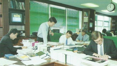 From left to right: Graeme North, Richard Austen, Paul Muncaster, Derek Adams and Nigel Townsend working on the Flat team in Timeform House in 1989