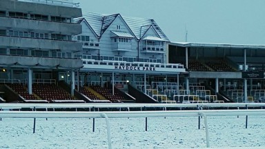 Haydock Park Races@haydockracesRacing abandoned - Wednesday 30th December.Unfortunately due to four inches of snow overnight and substantial rain on Boxing Day, racing has been abandoned on Wednesday 30th December.8:38 AM · Dec 28, 2020