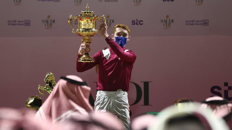 David Egan levanta la Copa Saudí tras llevar a Musharraf a la victoria